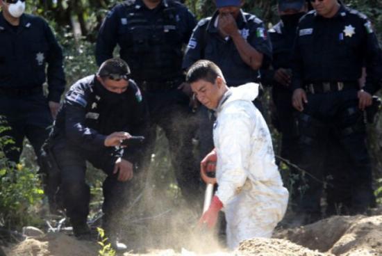 <!--:es-->Hallan seis fosas con diez cuerpos y 11 cabezas humanas en Guerrero<!--:-->