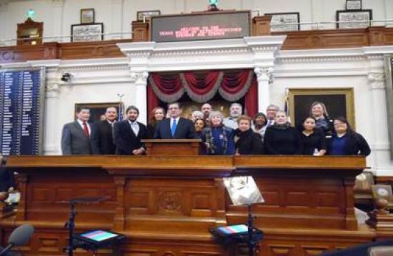 <!--:es-->Bienestar para todo el Distrito 104 de Dallas prometió Alonzo<!--:-->