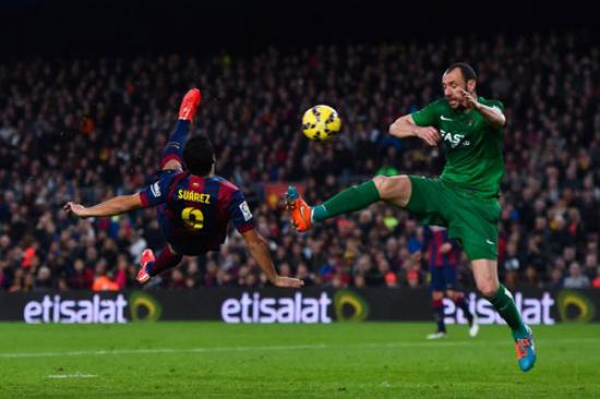<!--:es-->Suárez le «roba» el show a Messi<!--:-->