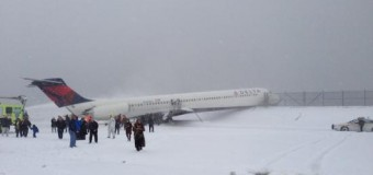 <!--:es-->Plane Skids Off Runway at LaGuardia, Crashes Through Fence<!--:-->