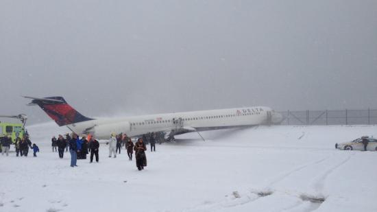 <!--:es-->Plane Skids Off Runway at LaGuardia, Crashes Through Fence<!--:-->
