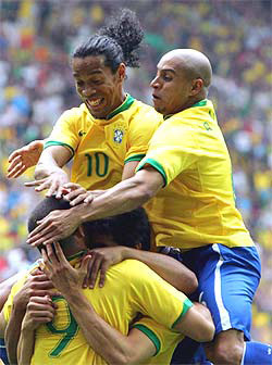 <!--:es-->Adriano anotó el 200 de Brasil<!--:-->