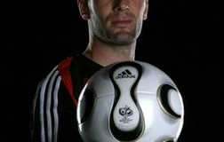 <!--:es-->Adidas to launch Internet 'thank you' site for Zidane<!--:-->
