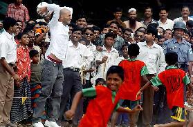 <!--:es-->Juega Zidane cascarita en Bangladesh<!--:-->