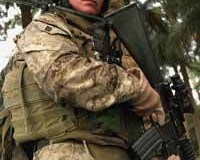 <!--:es-->Marine pulls wounded Iraqi soldier to safety in Iraq's Al Anbar Province<!--:-->