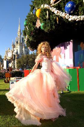 <!--:es-->Paulina Rubio Trajo Regocijo al Día de Navidad en Disney<!--:-->