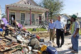 <!--:es-->Intenta Presidente Bush Mejorar su Popularidad<!--:-->