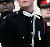 <!--:es-->With Queen taking salute, Prince Harry embarks on army career<!--:-->