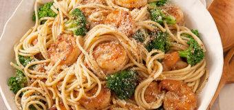 Espagueti con camarones al ajo y brócoli