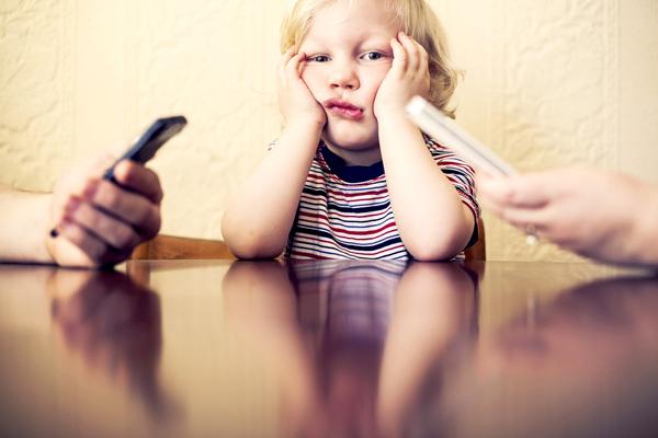 Por estar con el celular padres descuidan hijos