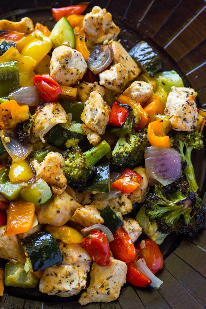 Pollo y verduras asadas en una bandeja para hornear