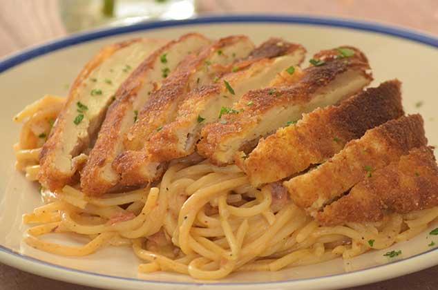 BUENA MESA:  Pechuga empanizada con espagueti