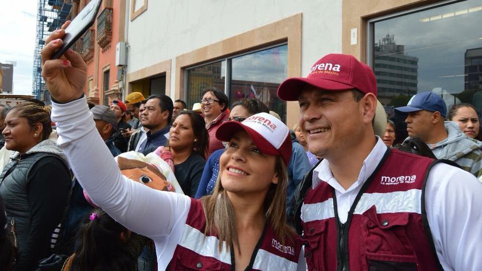 """""""Estamos hartos de la violencia"""": la viuda de un candidato asesinado en México que tomó su lugar en la boleta"""
