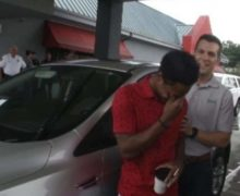 College student who walked nearly 20 miles on first day of new job gets car from boss
