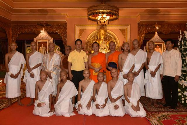 De la cueva al  monasterio:  los chicos tailandeses se preparan para ser monjes