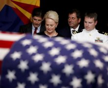 Piloto, prisionero de guerra, candidato presidencial, HEROE, senador: la agitada vida de John McCain