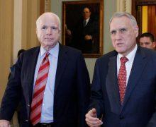 El reemplazo de John McCain propuso en 2005 la  salida voluntaria de todos los indocumentados