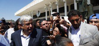 AMLO es acusado de  comportamiento machista  luego de besar una reportera  que le hizo una pregunta