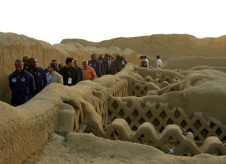 Descubren ídolos de madera en ciudad de barro en Perú