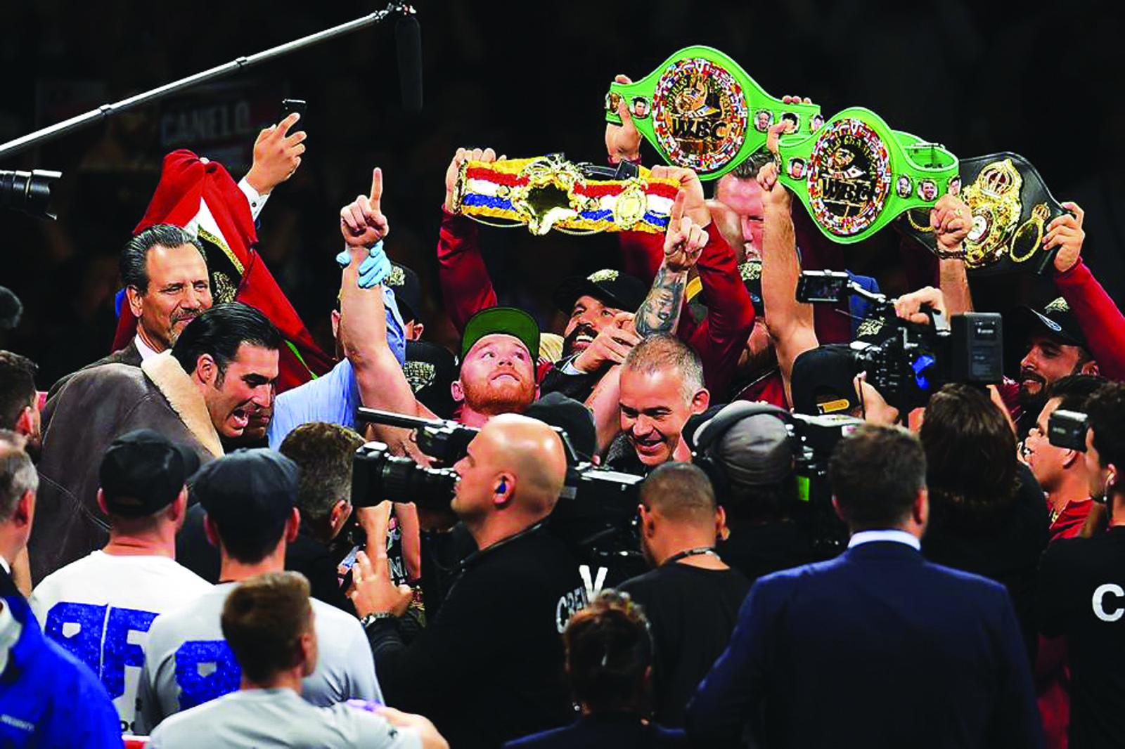 Sin despeinarse, 'Canelo' Álvarez derrotó a Rocky Fielding