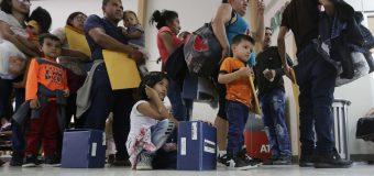 El gobierno de Trump sigue liberando 'bajo palabra' a inmigrantes en el área de Texas