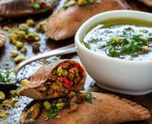 Exquisitas para el Super Bowl:  Empanadas Horneadas de Carne y Pistachos con Salsa Chimichurri