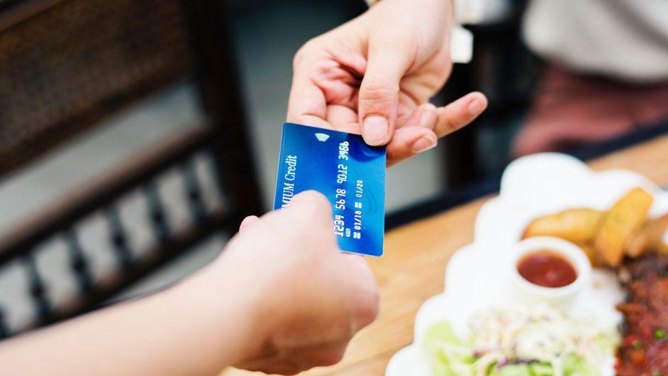 Restaurantes cobran extra a sus clientes para cubrir seguros médicos de empleados