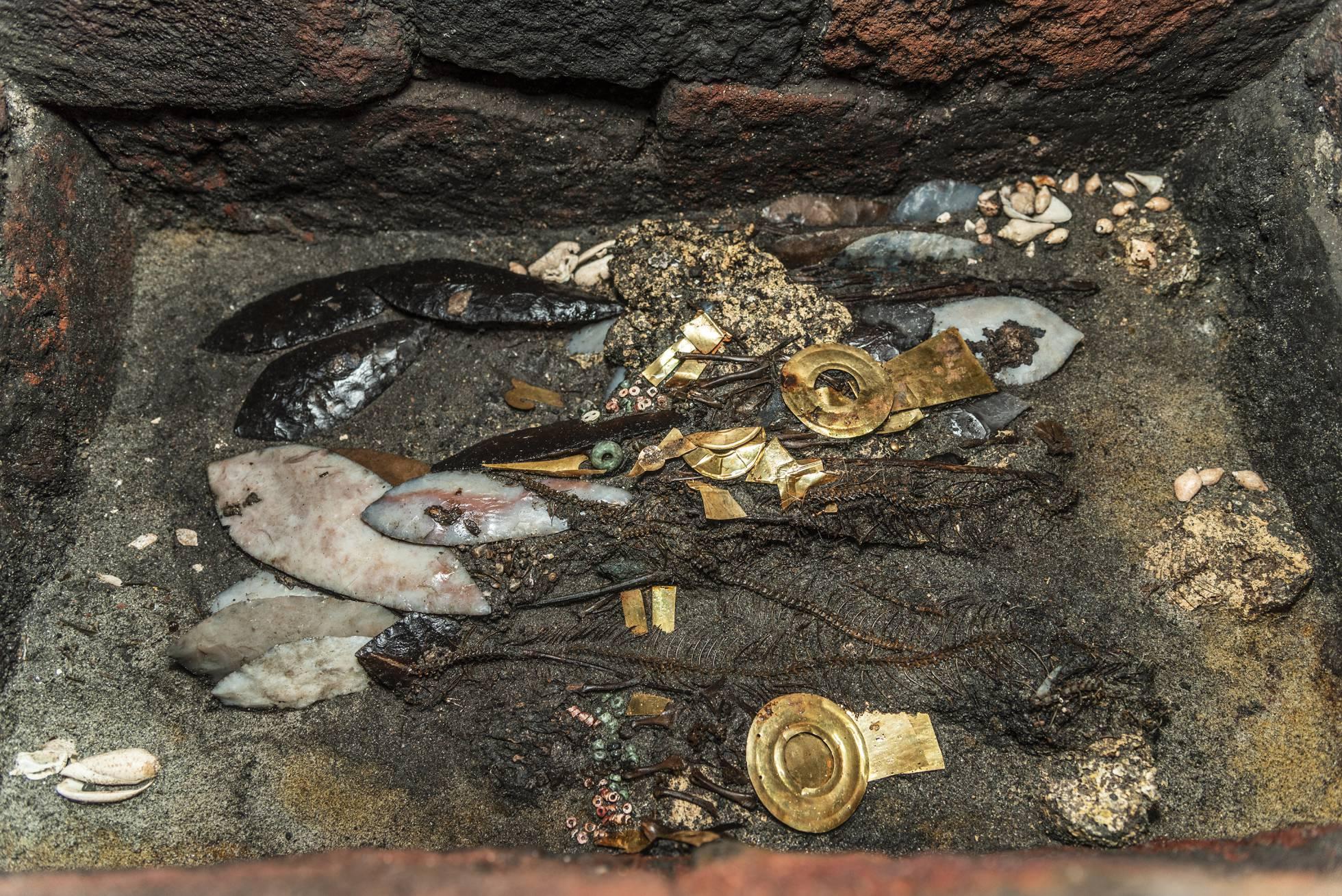 Aves con oro y collares, la ofrenda hallada en el Templo Mayor de México a la espera de los líderes aztecas
