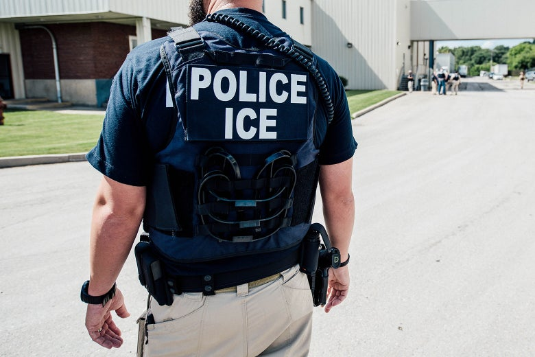 ICE detiene a 90 estudiantes: agentes los engañaron  enrolándolos en una universidad falsa