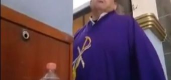 Exhiben a sacerdote en redes sociales  por hablarles con groserías a feligreses