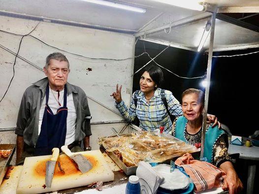 Pareja de ancianos atiende puesto  de tacos hasta la madrugada para  poder sobrevivir  y conmueven en  redes sociales Don Ramón y su esposa tienen su negocio  de comida en Sahuayo, Michoacán, y pese  a sus problemas de salud, tienen que  trabajar para poder ganar dinero