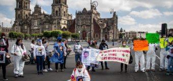 """""""A cada estado que vaya AMLO lo van a perseguir las  víctimas"""", dicen familiares desde plantón en Palacio"""