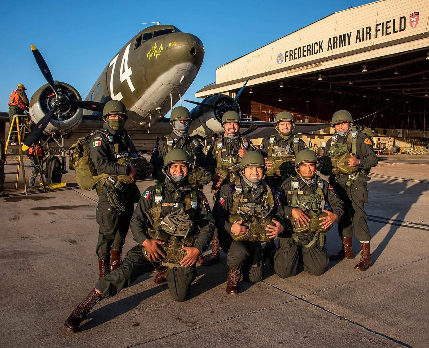 Paracaidistas mexicanos radicados en EEUU comparten experiencias deportivas con Parachutes de Oklahoma