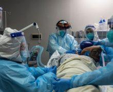 """Casos y hospitalizaciones a un ritmo """"insostenible"""" asolan Texas, mientras algunos todavía no creen"""