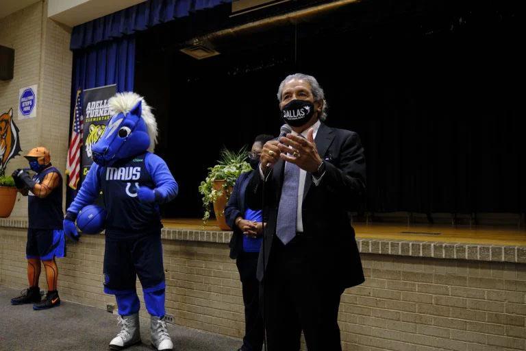 Superintendente Hinojosa y los Dallas Mavericks dan la bienvenida a estudiantes de escuelas que implementaron calendario con sesiones adicionales