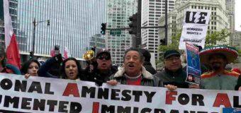 Inmigrantes marchan en Chicago para pedirle  a los demócratas la reforma migratoria